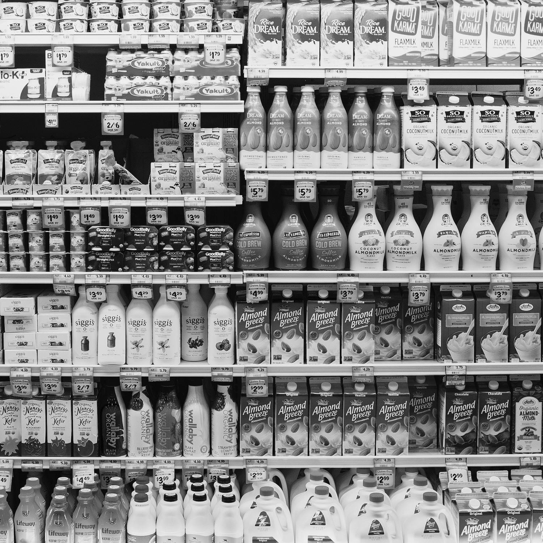 Vista de un lineal de productos de alimentación en un supermercado.