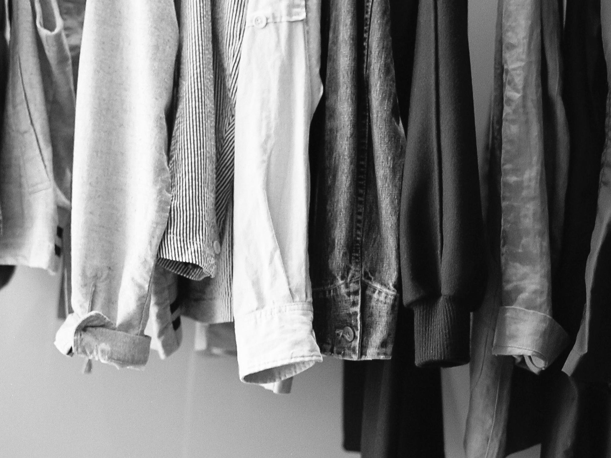 Detalle de presentación de camisas, vestidos y otros productos textiles.